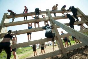 The Mud Day Paris 2016 - 08/05/2016 - Camp militaire de Frileuse - Beynes - France - Des Mud Guys franchissant l'obstacle Virgin Tonic
